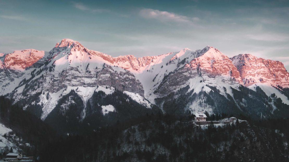 Le col de la Forclaz près d'Annecy au coucher du soleil