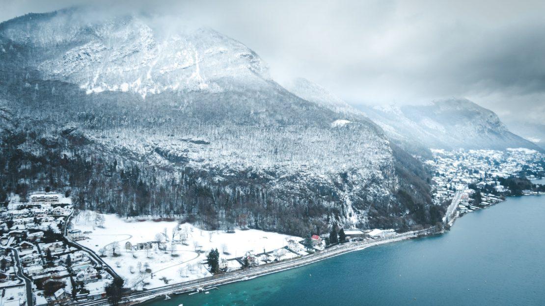 Le lac d'Annecy sous la neige