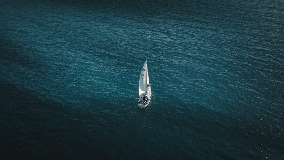 Voilier naviguant entre le Danemark et la Suède