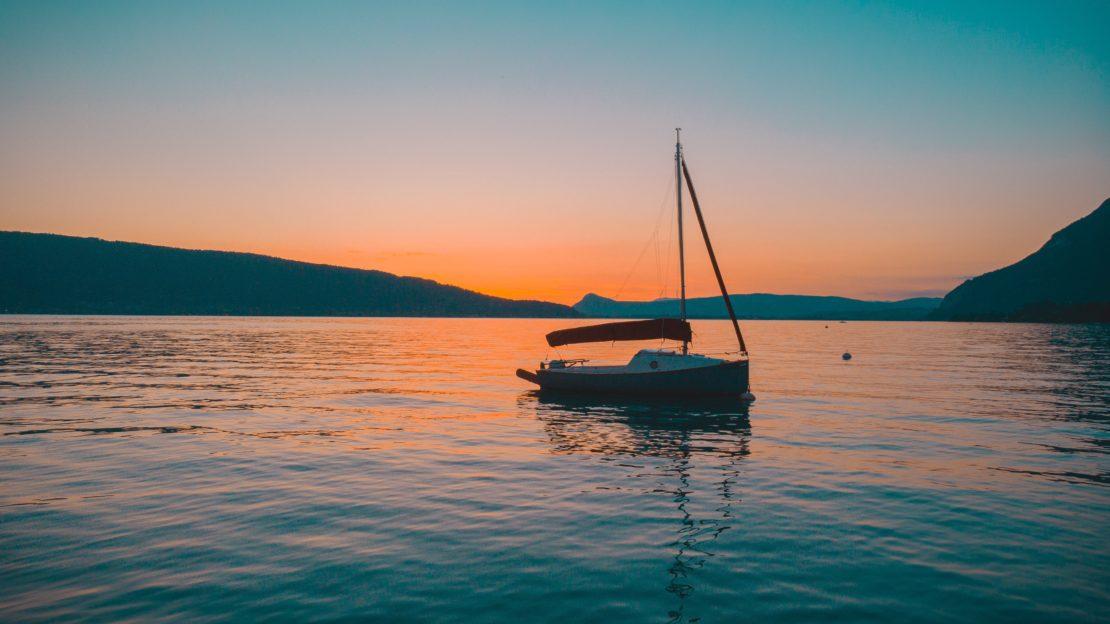 Bateau sur le lac d'Annecy au coucher de soleil